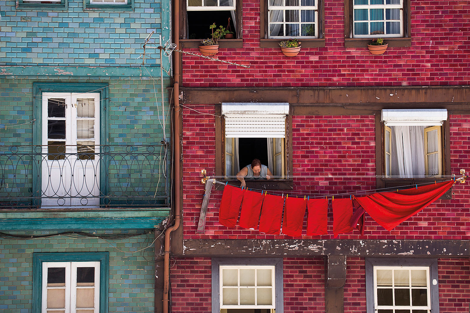 Farbkontraste im portugiesischen Porto; Foto: Holger Leue
