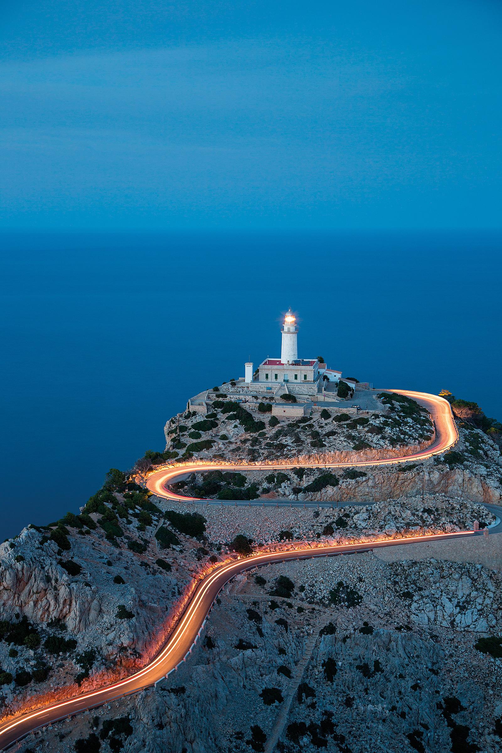 Lichterschlange vor dem Leuchtturm auf Formentor / Mallorca  (Foto: Holger Leue)