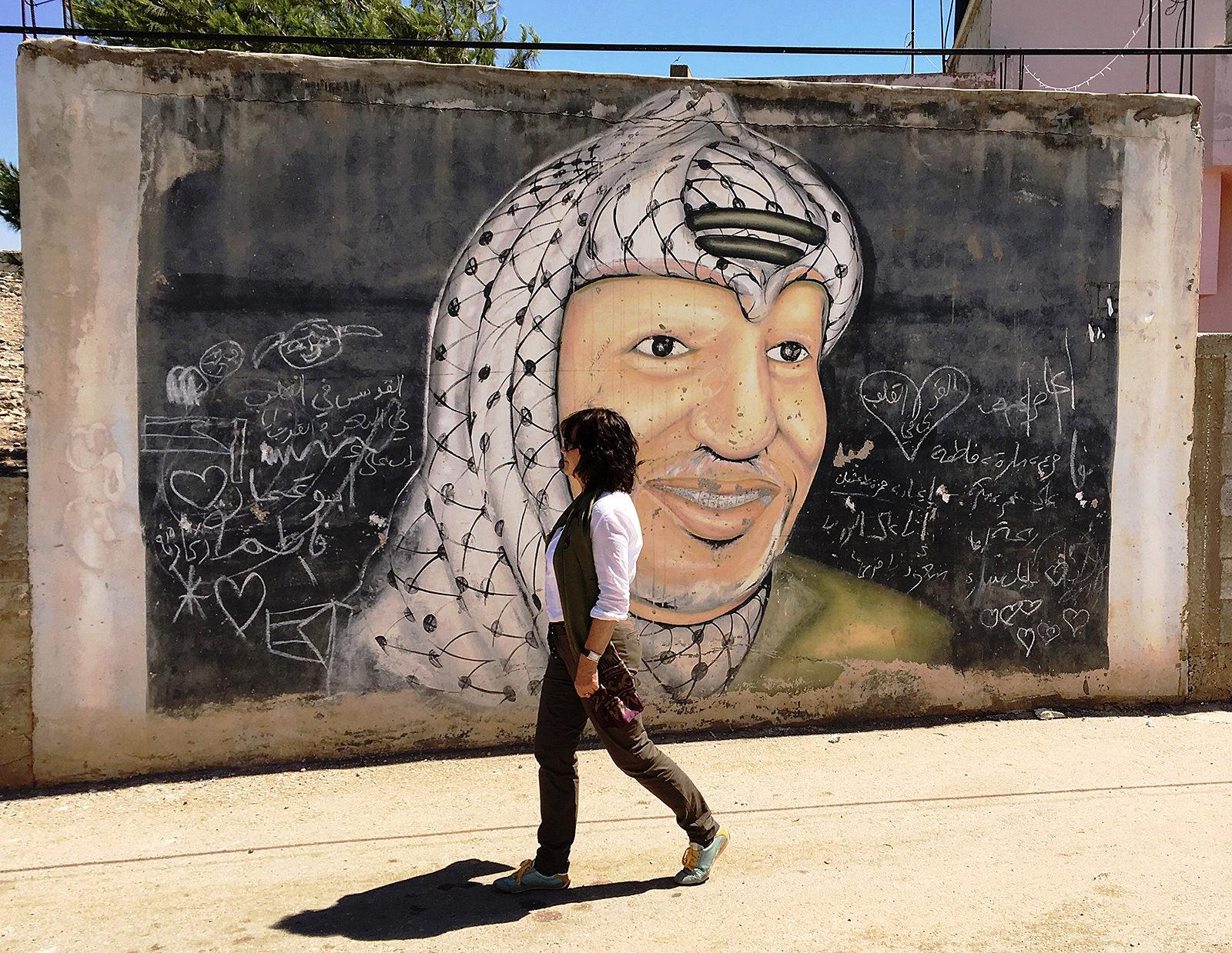 Autorin vor Mauergemälde von Jassir Arafat in Jalameh (Foto: Dagmar Gehm)