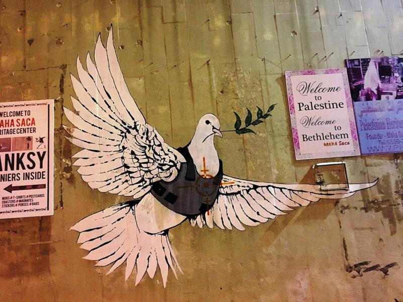 Berühmte Friedenstaube mit schusssicherer Weste von Street-Art-Künstler Banksy (Foto: Dagmar Gehm)
