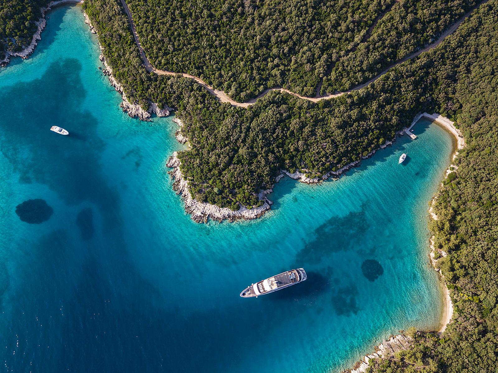Der Blick von oben auf die Bucht von Primorje-Gorski Kotar in Kroatien. (Foto: Holger Leue)