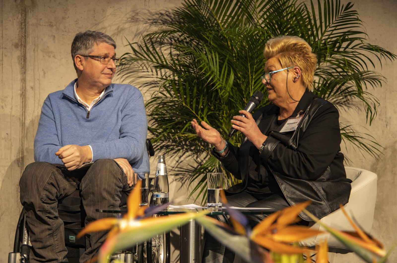 Marina Noble (Geschäftsführerin Ehrenpreis der VDRJ) im Gespräch mit Dominik Peter (Chefredakteur Berliner Behindertenzeitung des Berliner Behindertenverband e.V.); Foto: Holger Leue