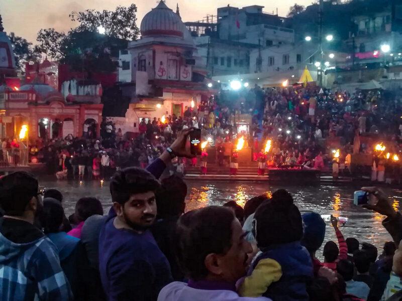 Jeden Abend wird am Fluss die Arti-Zeremonie gefeiert – zu Ehren des Ganges. (Foto: Björn Erik Sass)