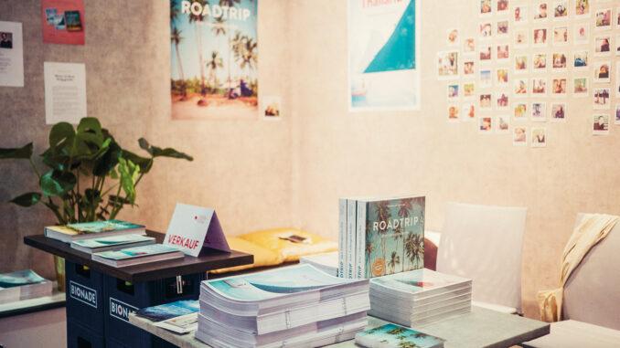 Am Stand von Reisedepeschen konnte man am Messesonntag auch Bücher kaufen; Foto: Johannes Klaus