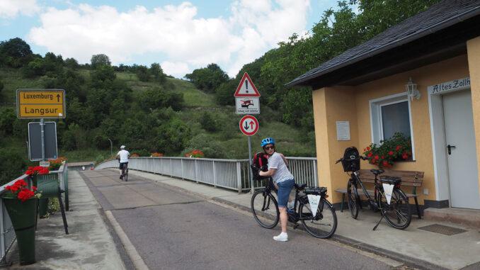 Pressereise-Radtour im Trierer Land: Wer in Langsur über die Brücke fährt, ist in Luxemburg. A1 Bescheinigung dabei? (Foto: Heidrun Braun)