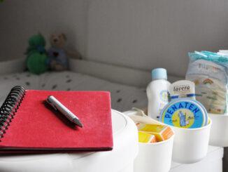 Zwischen Notizblock und Wickeltisch; Foto: Mona Contzen