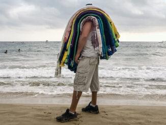 Im Hochsommer verkaufen sich am Strand die Hamamtücher am besten, im Herbst dicke, warme Frotteehandtücher. (Foto: Gabriela Herpell)