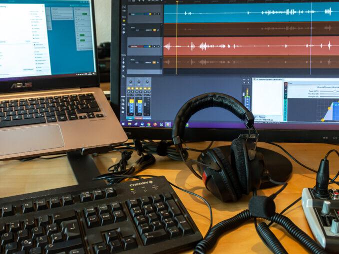 Zum Einstieg ins Podcasten braucht es nicht viel: Computer, Software und ein wenig Audio-Hardware (Foto: Ingo Busch)