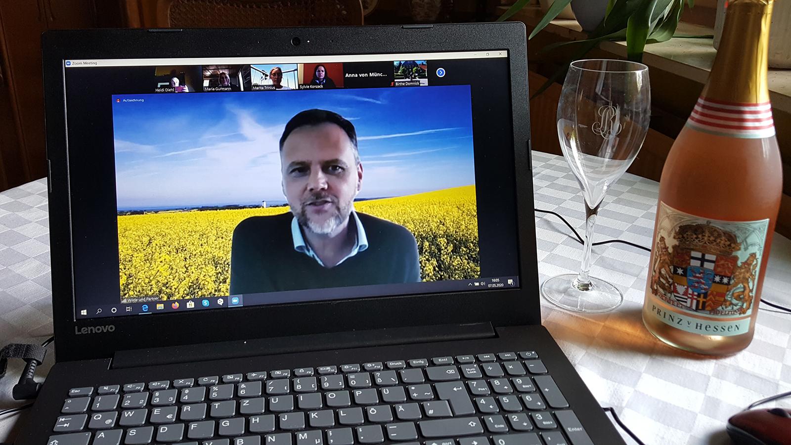 """Alles startklar; Die virtuelle Pressereise nach Gut Panker kann losgehen – und wird am Ende sogar doch noch """"in echt"""" die Sinne ansprechen, einer pünktlich zugestellten """"Flaschenpost"""" sei Dank. (Foto: Heidi Diehl)"""