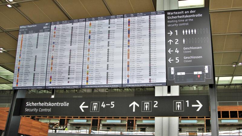 Anzeigentafeln geben Auskunft über Standort und den Andrang in den Sicherheitsbereichen. (Foto: Heidi Diehl)