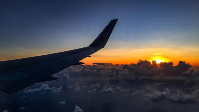 """Über den Wolken … ist aktuell nicht viel los. Das spiegelt sich am Boden wider: Geschlossene Terminals und geparkte Flieger sind ungewohnte Bilder – doch so manchen Airport-Anrainer dürfte die Ruhe """"wie einst"""" freuen. (Foto: Ingo Busch)"""