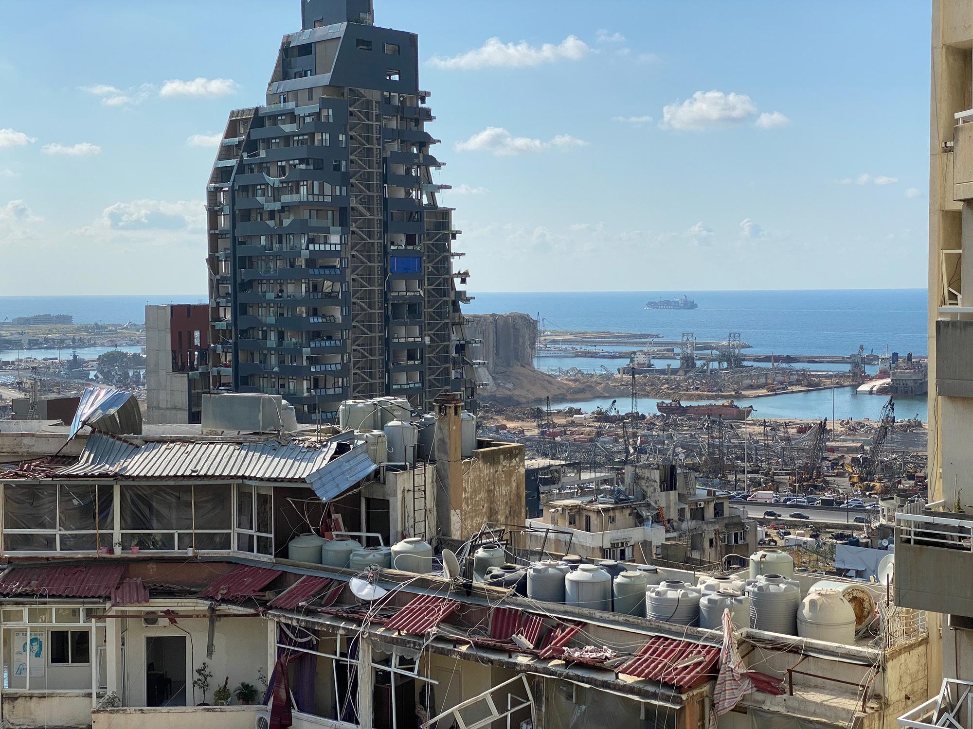 Hanna Resch sucht ihren Freund Hassan. Er lebt in Beirut – Schauplatz der katastrophalen Explosion am 4. August  2020 (im Bild der zerstörte Hafen, wo sie früher ganz in der Nähe wohnte). Als er nicht auf ihre Whatsapps reagiert, macht sie sich auf den Weg nach Beirut und trifft alte Bekannte, die mitten in Trümmern vor einem schier unmöglichen Neuanfang stehen. (Foto: Hanna Resch)