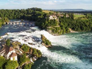 Die DreiWelten Card gibt es kostenlos für die gesamte Familie – ab zwei Übernachtungen. Mit dieser Vorteilscard kann man zum Beispiel den Rheinfall, Europas größten Wasserfall, im schweizerischen Kanton Schaffhausen besuchen. © Schaffhauserland Tourismus, Bruno Sternegg