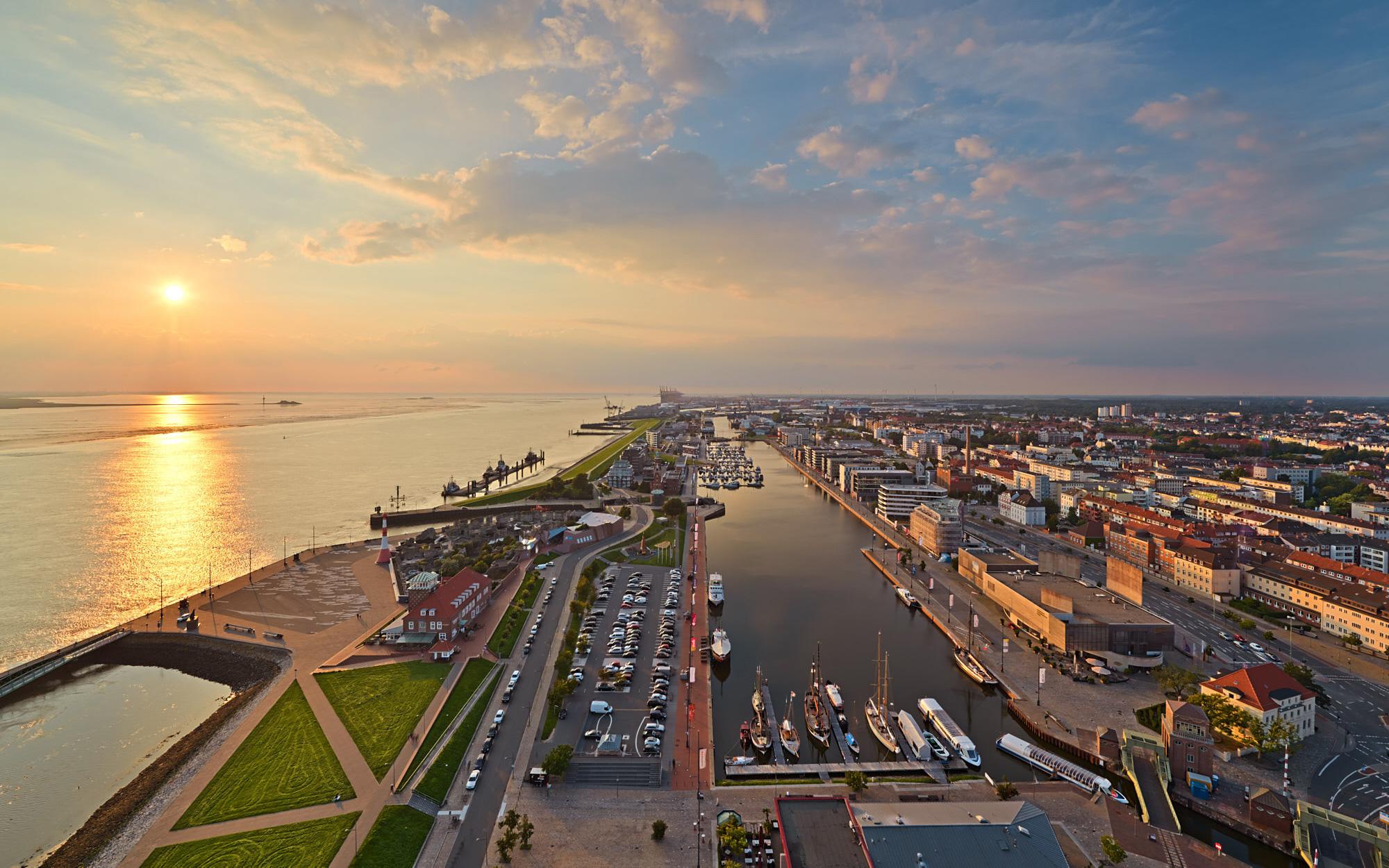 Blick auf Neuer Hafen und Überseehafen (c) Achim Meurer