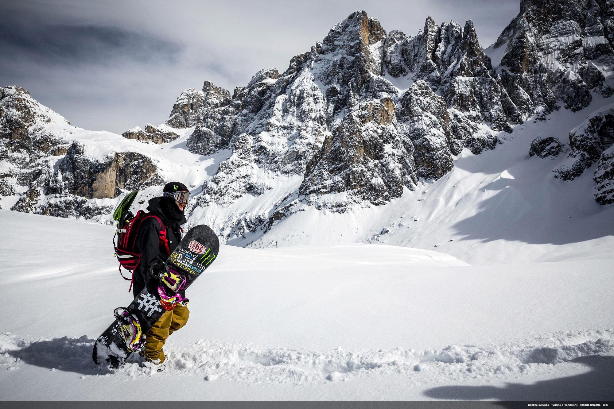 San Martino di Castrozza, Passo-Rolle, Snowboarder-im-Tiefschnee (Foto: Roberto Bragotto)